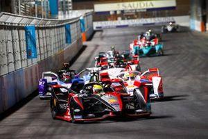 Oliver Rowland, Nissan e.Dams, Nissan IMO2, precede Alexander Sims, Mahindra Racing, M7Electro, e Jake Dennis, BMW I Andretti Motorsport, BMW iFE.21