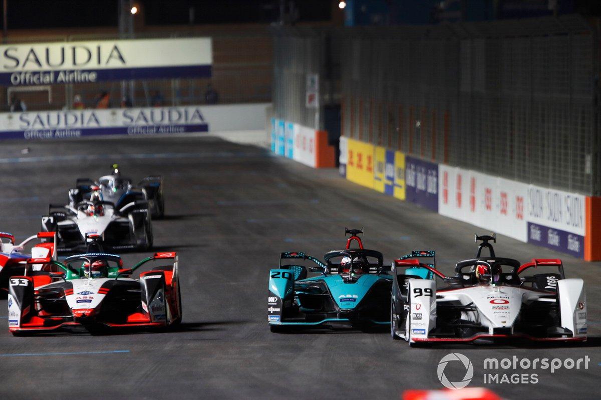 Pascal Wehrlein, Tag Heuer Porsche, Porsche 99X Electric, precede Mitch Evans, Panasonic Jaguar Racing, Jaguar I-Type 5, e Rene Rast, Audi Sport ABT Schaeffler, Audi e-tron FE07
