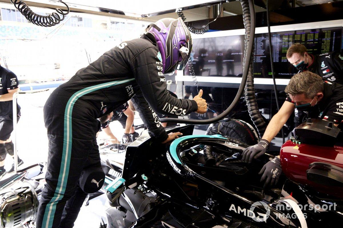 Lewis Hamilton, Mercedes W12, entra nella monoposto
