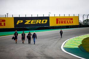 Esteban Ocon, Force India, parcourt la piste à pied