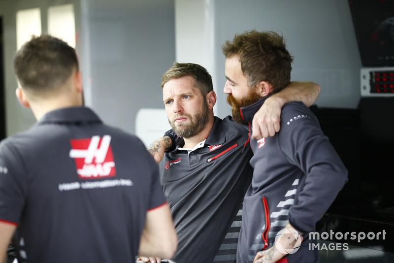 Membri del team Haas al lavoro nel garage