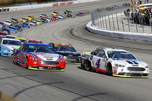 Kevin Harvick, Stewart-Haas Racing, Ford Fusion Mobil 1 and Joey Logano, Team Penske, Ford Fusion AAA Insurance restart