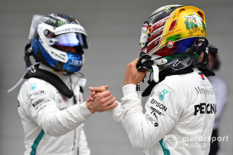 Pole sitter Lewis Hamilton, Mercedes AMG F1 eValtteri Bottas, Mercedes AMG F1 festeggiano nel parco chiuso