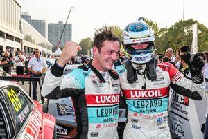 Yarış galibi Jean-Karl Vernay, Audi Sport Leopard Lukoil Team Audi RS 3 LMS ve Gordon Shedden, Audi Sport Leopard Lukoil Team Audi RS 3 LMS