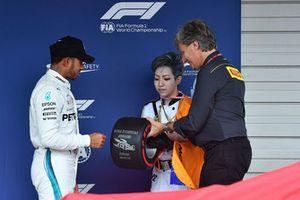 Lewis Hamilton, Mercedes AMG F1 riceve il Pirelli Pole Position Award