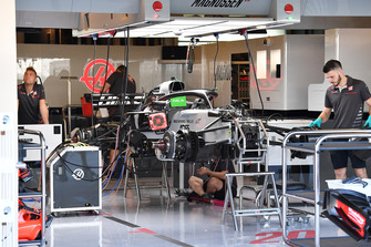 Haas F1 Team VF-18, nel garage