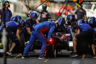 Brendon Hartley, Toro Rosso STR13, dans les stands pendant les essais
