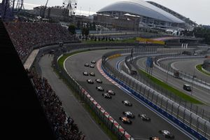 Valtteri Bottas, Mercedes-AMG F1 W09 devant Lewis Hamilton, Mercedes-AMG F1 W09 au départ
