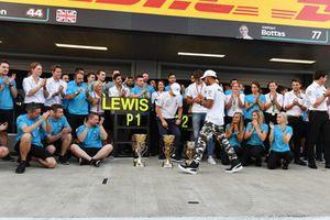 Lewis Hamilton, Mercedes AMG F1 fête sa victoire avec Valtteri Bottas, Mercedes AMG F1, George Russell, Mercedes AMG F1 et l'équipe