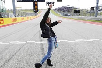 La actriz y modelo Millie Bobby Brown consigue un viaje de HotLaps con Lewis Hamilton, Mercedes AMG F1