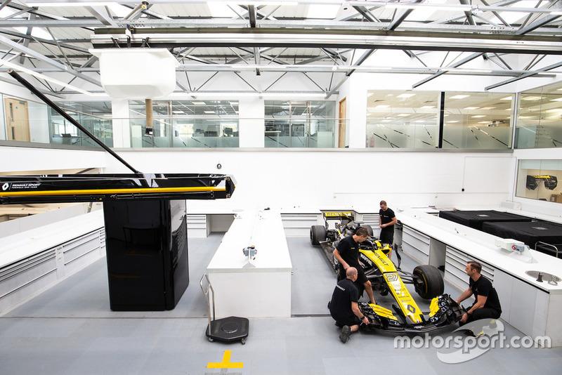 Die Ressourcen: Renault hat in den vergangenen Jahren enorm aufgestockt. Mit 1.200 Mitarbeitern an den Standorten Enstone (wo einst auch Michael Schumachers Weltmeister-Benettons gebaut wurden) und Viry ist das Team das drittgrößte hinter Ferrari und Mercedes. Auch das Equipment in der Fabrik wurde modernisiert.