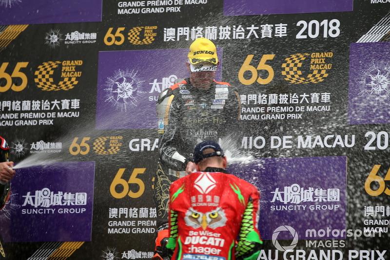 Podio: il vincitore della gara Peter Hickman, Aspire-Ho by Bathams Racing, BMW, il terzo classificato John McGuinness, Tak Chun Group by PBM, Ducati