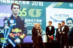 Le pilote Williams F1 George Russell, et le pilote McLaren F1 Lando Norris sur scène pour remettre le trophée de pilote national de l'année à Dan Ticktum, et reçu par Derek Warwick