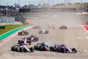 Esteban Ocon, Racing Point Force India VJM11, Charles Leclerc, Sauber C37, and Romain Grosjean, Haas F1 Team VF-18, Sergio Perez, Racing Point Force India VJM11, Kevin Magnussen, Haas F1 Team VF-18, y el resto del grupo