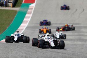 Sergey Sirotkin, Williams FW41, devant Lance Stroll, Williams FW41, Marcus Ericsson, Sauber C37, et le reste du peloton