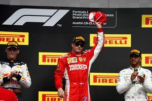 Max Verstappen, Red Bull Racing, 2° classificato, e Lewis Hamilton, Mercedes AMG F1, 3° classificato, applaudono mentre Kimi Raikkonen, Ferrari, 1° classificato, festeggia la vittoria