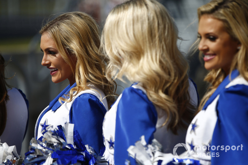 Las Dallas Cowboys Cheerleaders en la parrilla