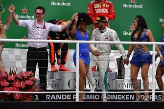 Winnaar Lewis Hamilton, Mercedes AMG F1 viert feest op het podium met Andy Shovlin, Mercedes-AMG F1 Chief Engineer en de samba-danseressen