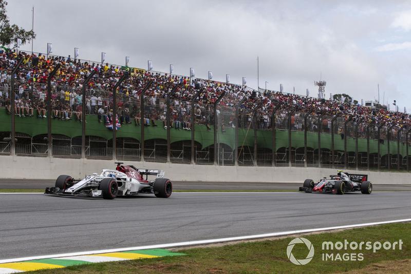 Marcus Ericsson, Sauber C37 and Kevin Magnussen, Haas F1 Team VF-18