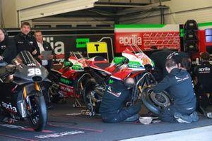 Le garage avec la moto de Bradley Smith, Aprilia Gresini Racing