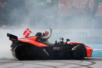 Том Кристенсен празднует победу в Кубке наций