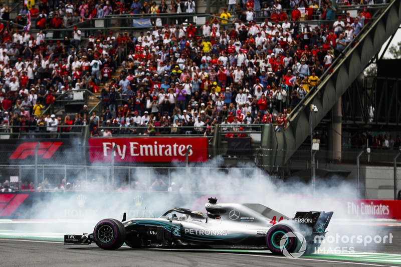 Lewis Hamilton, Mercedes AMG F1 W09 EQ Power +, celebra con donuts su quinto título mundial de pilotos