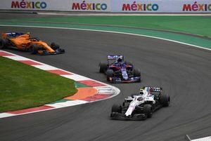 Sergey Sirotkin, Williams FW41 leads Brendon Hartley, Toro Rosso STR13