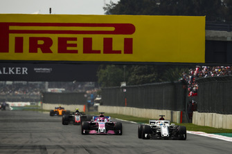 Marcus Ericsson, Sauber C37, Sergio Perez, Racing Point Force India VJM11, y Kevin Magnussen, Haas F1 Team VF-18