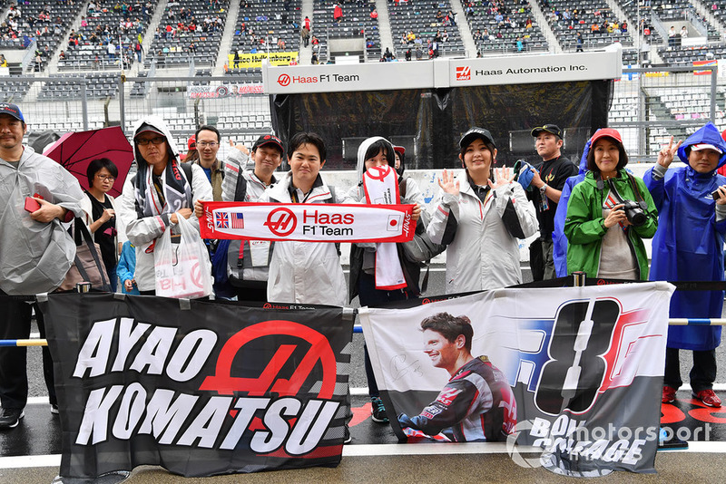 Это поклонники Айо Комацу, главного гоночного инженера Haas, и Ромена Грожана