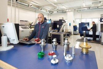 Toro Rosso miembros del equipo en la fábrica en el trabajo