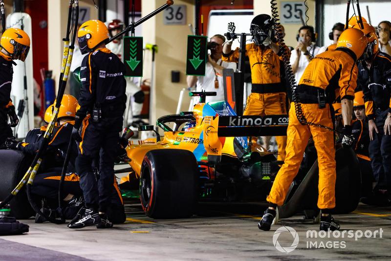 Fernando Alonso, McLaren MCL33, ai box