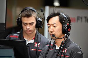 Louis Deletraz, pilote d'essais et de développement Haas F1 et Ayao Komatsu, ingénieur Haas F1