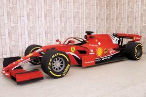 F1 de Cartón con decoración de Ferrari