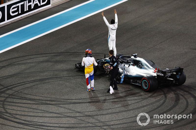Lewis Hamilton, Mercedes AMG F1 W09 EQ Power +, celebra en su auto cuando Fernando Alonso, McLaren, lo felicita en la parrilla