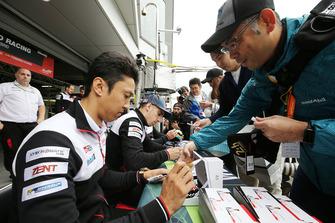 Kazuki Nakajima, Toyota Gazoo Racing pendant la séance d'autographes