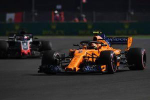 Stoffel Vandoorne, McLaren MCL33 e Romain Grosjean, Haas F1 Team VF-18