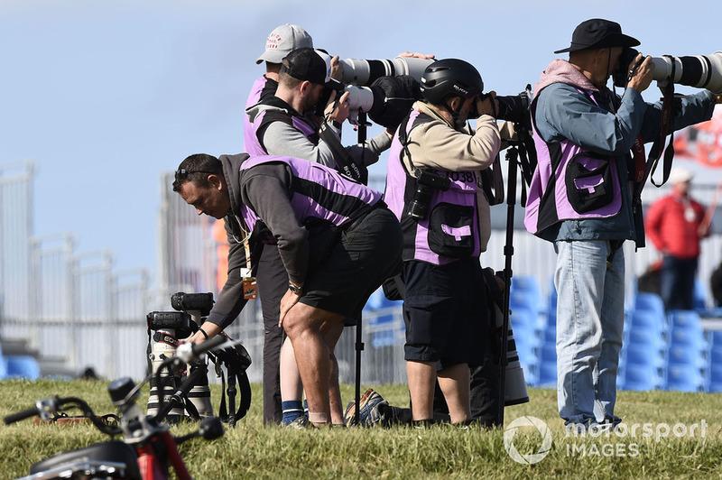 Des photographes aux abords de la piste