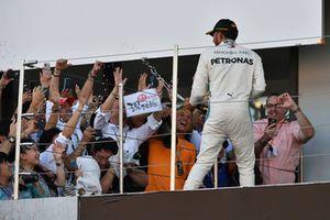 Le vainqueur Lewis Hamilton, Mercedes AMG F1, fête sa victoire au champagne sur le podium