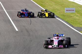 Esteban Ocon, Racing Point Force India VJM11 voor Brendon Hartley, Scuderia Toro Rosso STR13 en Carlos Sainz Jr., Renault Sport F1 Team R.S. 18