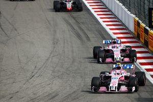 Esteban Ocon, Racing Point Force India VJM11, devant Sergio Perez, Racing Point Force India VJM11