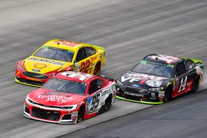 Regan Smith, Leavine Family Racing, Chevrolet Camaro Dumont JETS, Clint Bowyer, Stewart-Haas Racing, Ford Fusion Haas VF1/Rush Truck Centers e Joey Logano, Team Penske, Ford Fusion Shell Pennzoil