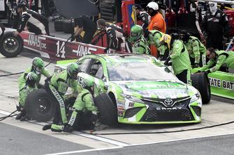 Kyle Busch, Joe Gibbs Racing, Toyota Camry Interstate Batteries, effettua un pit stop