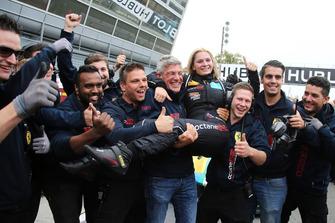 Fabienne Wohlwend, Octane 126, festeggia la vittoria del Trofeo Pirelli AM