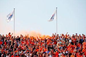Fans steken rook af op de tribunes