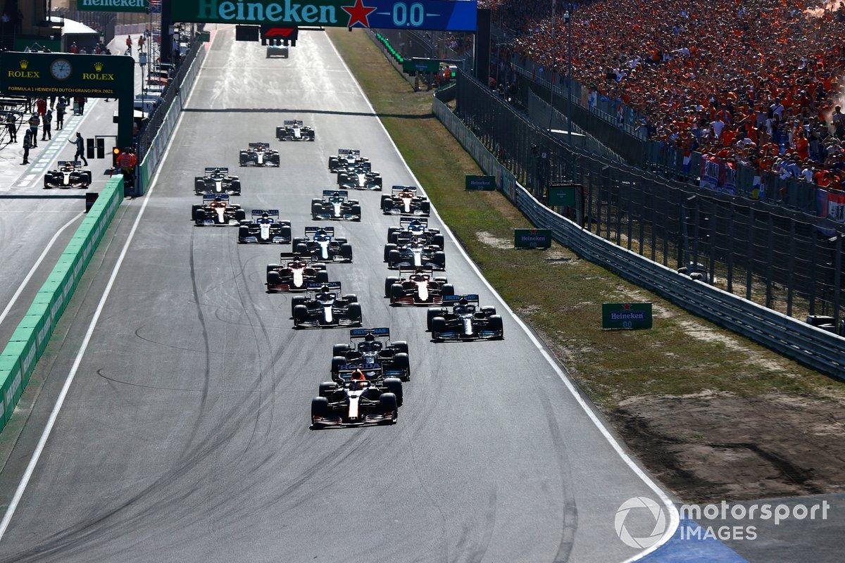 Arrancada: Max Verstappen, Red Bull Racing RB16B, Lewis Hamilton, Mercedes W12, Valtteri Bottas, Mercedes W12, Pierre Gasly, AlphaTauri AT02, Charles Leclerc, Ferrari SF21