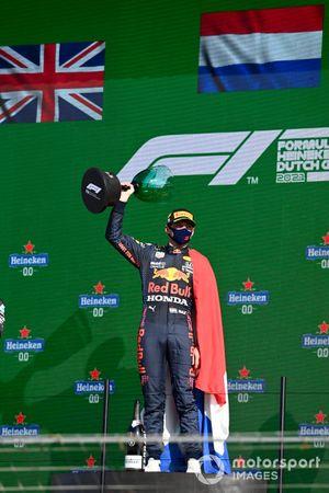 Max Verstappen, Red Bull Racing, 1a posizione, solleva il suo trofeo sul podio