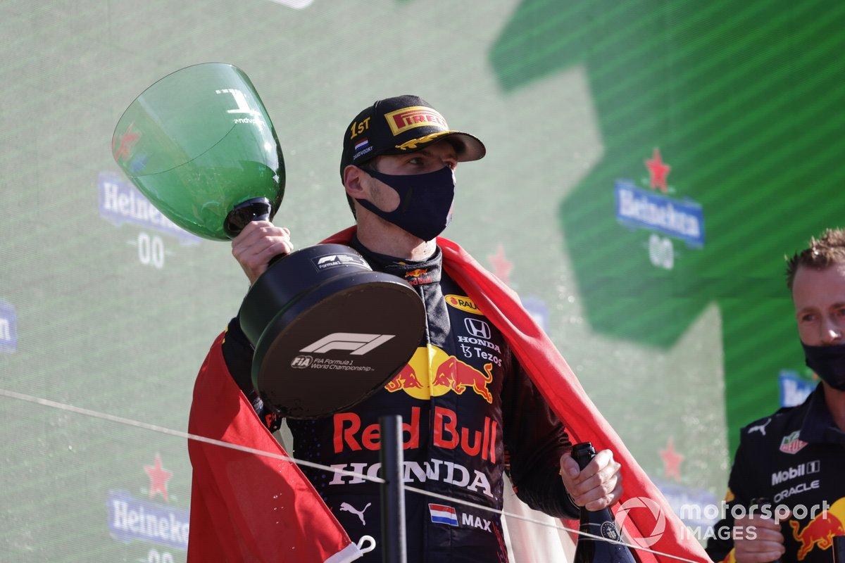 Max Verstappen, Red Bull Racing, 1a posizione, con il suo trofeo