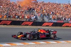 Max Verstappen zwaait naar het publiek na verovering pole position