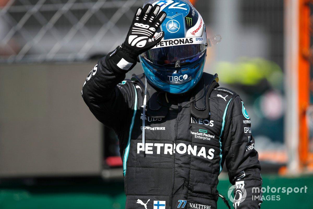 Valtteri Bottas, de Mercedes segundo puesto, saluda desde el Parc Ferme tras la clasificación