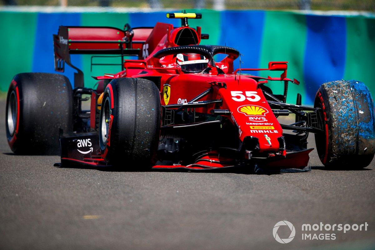 Carlos Sainz Jr., Ferrari SF21, con daños en el alerón delantero tras un accidente